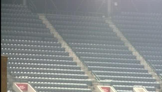 Braves fan falls_116488