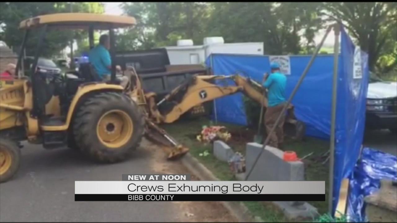 Crews exhuming body_175795