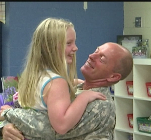 soldier-surprises-daughter_192069