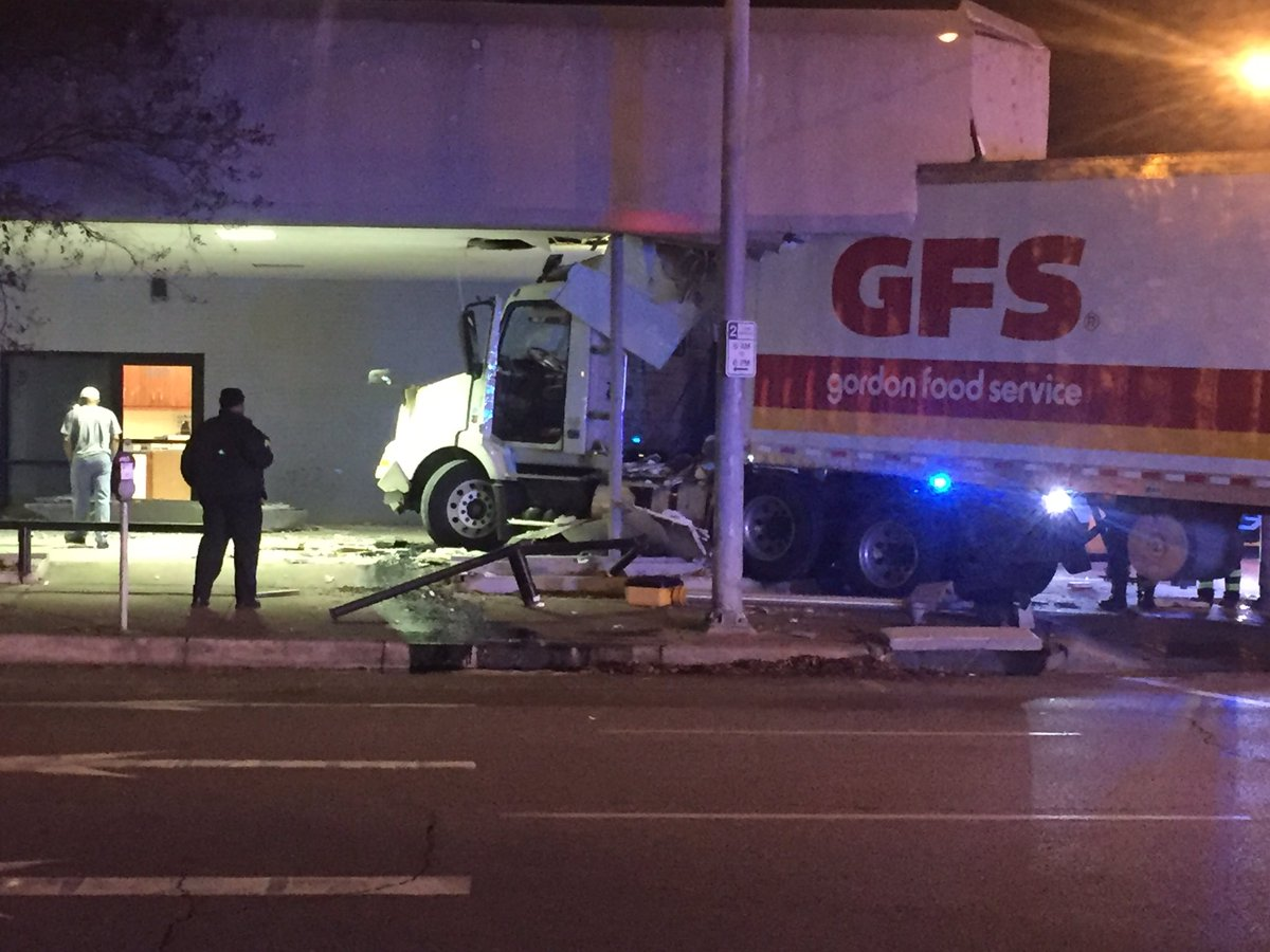 18-wheeler crashes into building in downtown Birmingham_213618