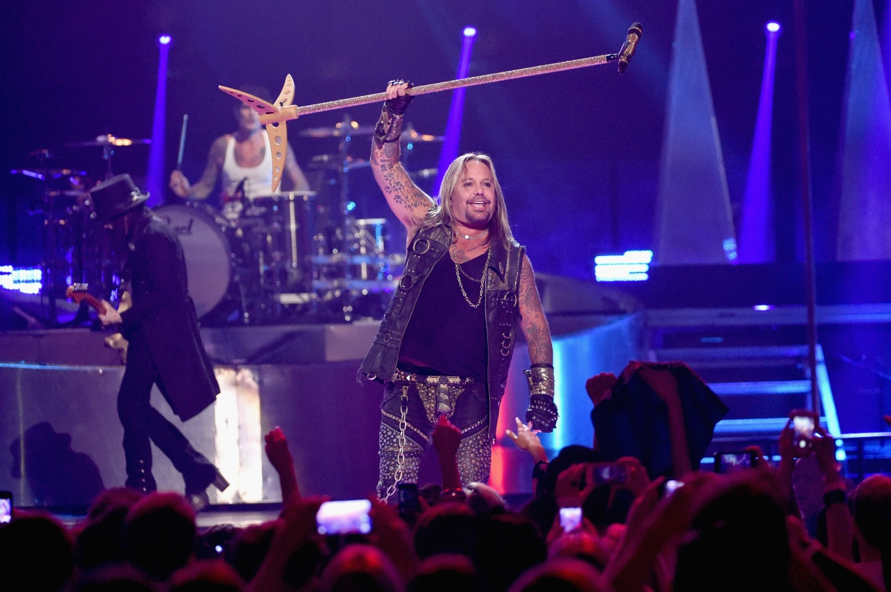 Mötley Crüe singer Vince Neil breaks ribs after falling off stage, video appears to show
